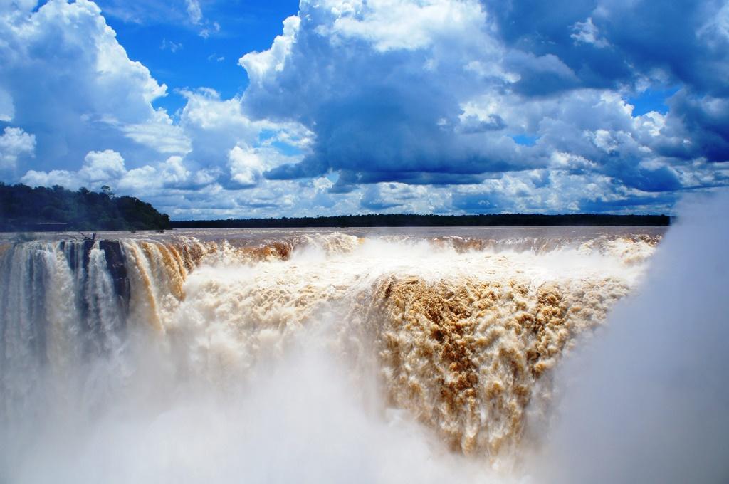 吸い込まれそうなイグアスの滝。迫力で言ったらいままで行った中で一番かも。